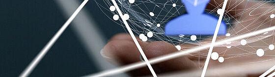 Virtualisierte Netztopologie mit ausgestreckter Hand im Hintergrund