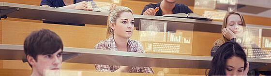 Studierende in einem Hörsaal mit holographischen Monitoren